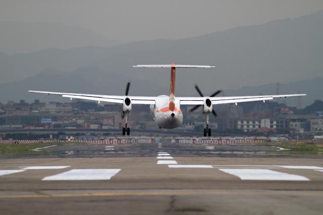 Uni Air Bombardier DHC8-Q300(B-15237)